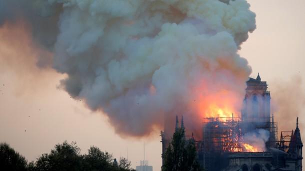 Фатальна пожежа в Соборі Паризької Богоматері: назвали версії про причини загоряння