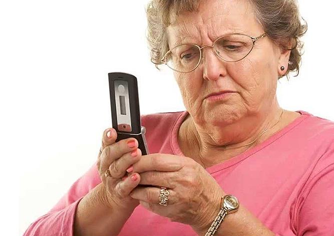 Без нього субсидію не отримати: кожному українському пенсіонерові придбають обов'язковий мобільний телефон