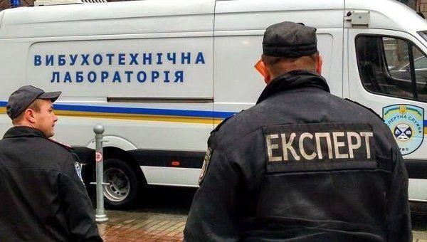 Хвиля фейкових замінувань: У Харкові евакуювали людей з 19 торгових центрів