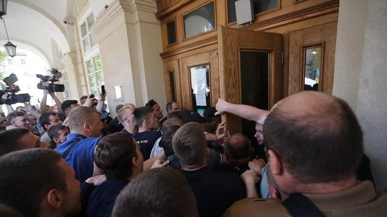 Виламані двері міськради та швидка для вагітної: У Львові активісти штурмують Ратушу