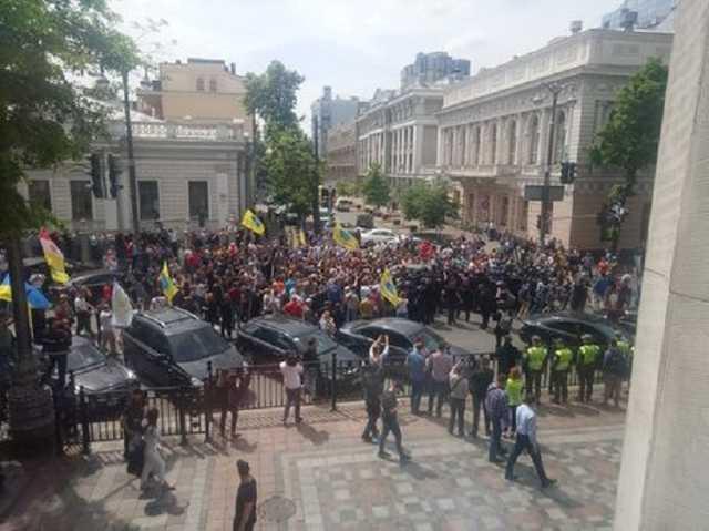 Масштабний мітинг у центрі Києва. Учасники акції влаштували бійку з правоохоронцями. Ситуація загострюється