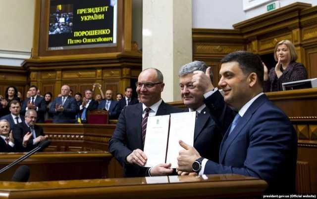"""""""Закрились у кабінеті"""": Гройсман, Парубій і Порошенко обговорюють розпуск Ради. Холодний душ для політиків"""