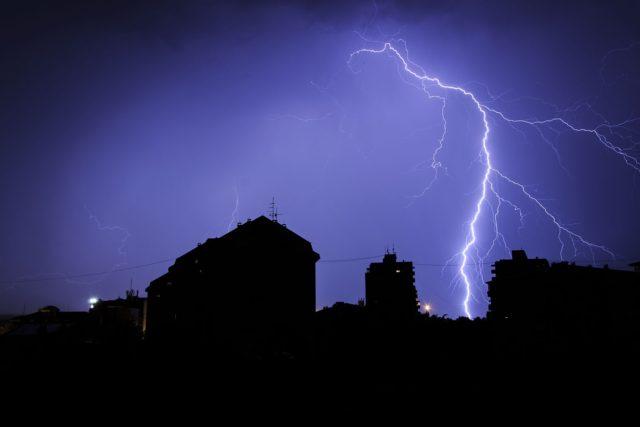 Нещадна стихія: Блискавка вбила 66-річного чоловіка на Львівщині, його дружина в реанімації