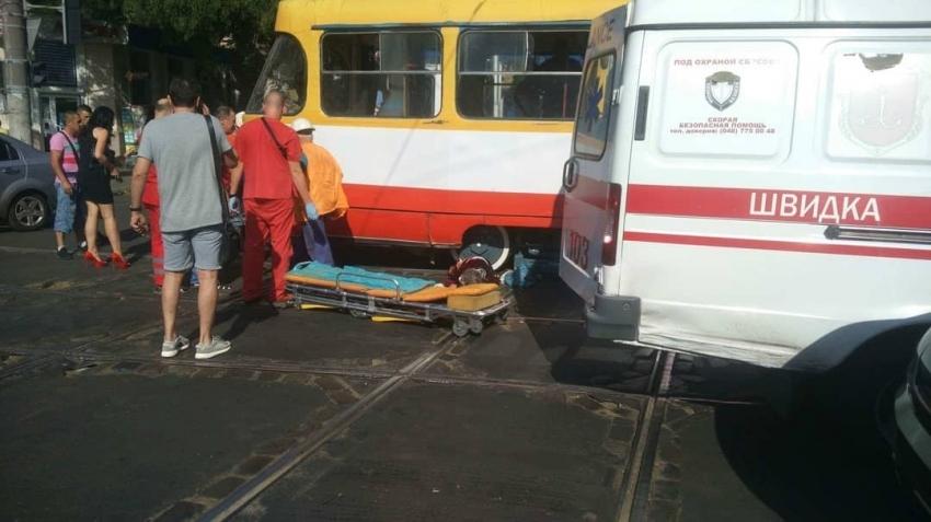 Водійка не побачила пенсіонерку: В Одесі трамвай розрізав стареньку-пішохода навпіл
