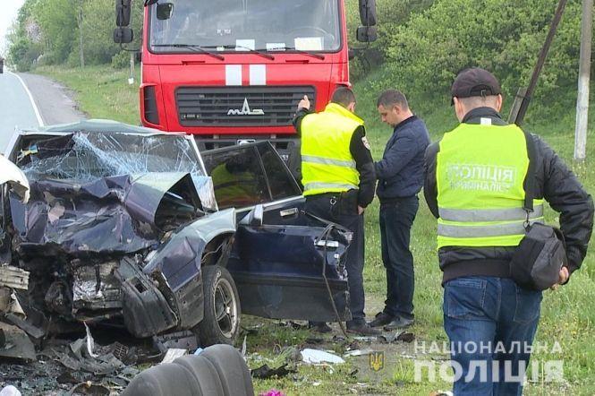 Тіла довелось вирізати з авто: В смертельній аварії на Вінниччині загинуло четверо людей