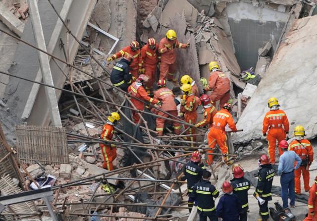 Десятки людей під завалами: у Шанхаї обвалилася будівля