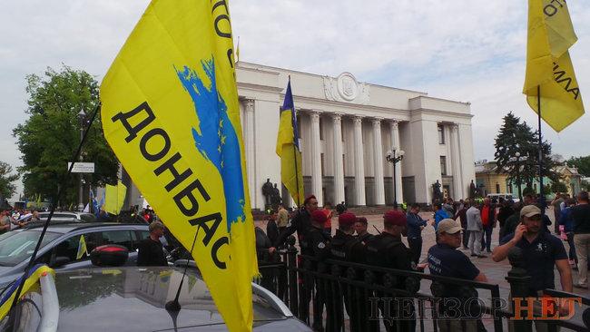 Під Верховною Радою мітингують євробляхери – хочуть ще півроку пільг