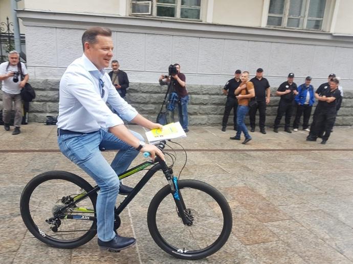 Зустріч Зеленського з головами фракцій: Радикал Олег Ляшко приїхав на велосипеді та вимагав стоянку