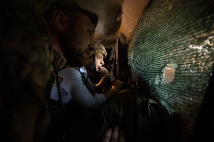 """Пострибав на ліжках, перевірив водопостачання, поспілкувався з бійцями: як президент Зеленських приїхав на """"передову"""""""