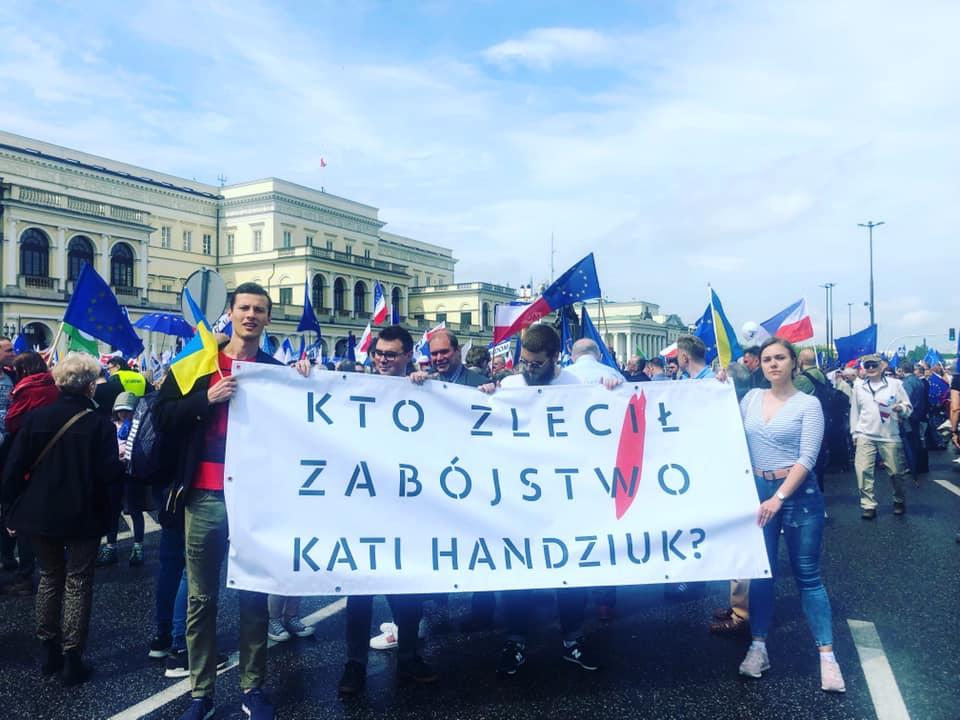 """Люди вийшли на вулиці: у Варшаві також пройшла акція """"Хто замовив Катю Гандзюк?"""""""