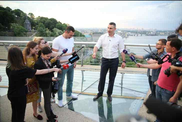 Вода під мостом і масова тиснява: в Києві брати Клички відкрили пішохідний міст