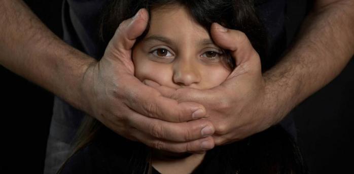 Залякував і ґвалтував: у Києві чоловік знущався над 15-річною дівчинкою та 2-річним хлопчиком