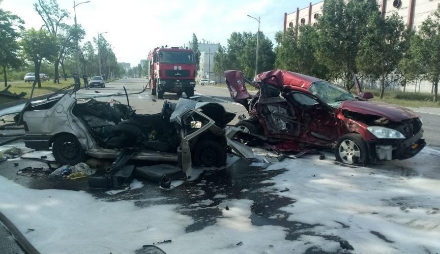 У Дніпрі зіткнулися три іномарки – загинула сім'я з дитиною, автомобілі розтрощені вщент