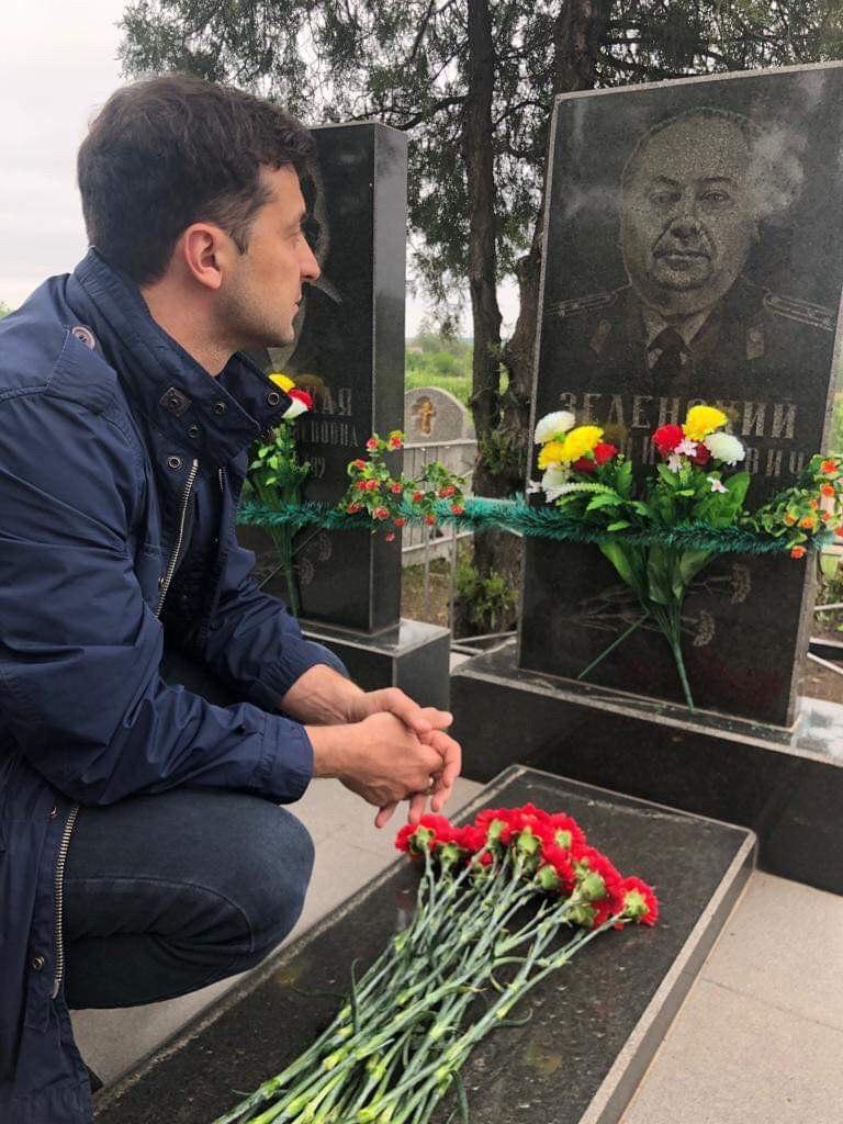 «Ніхто не має права приватизувати цю перемогу!»: Відвідавши могилу дідуся-героя, Володимир Зеленський зробив гучну заяву 