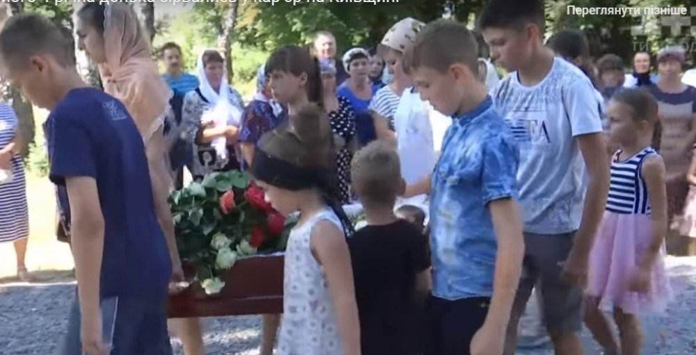 """""""Труну з дівчинкою несли братики і сестрички"""": Попрощались зі священником і його дочкою, які трагічно загинули"""