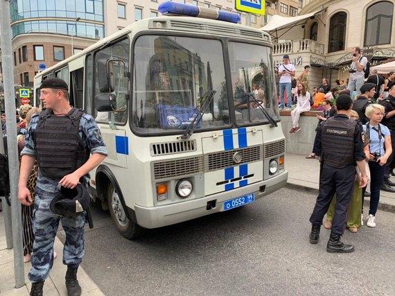 Проти людей використовують дубінки: в Москві проходять протести