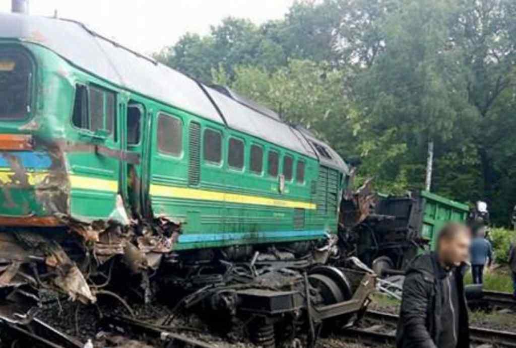Всередину вагона влетіла металева деталь: трагедія на залізниці під час руху електрички