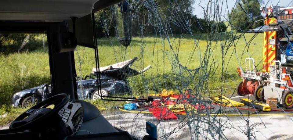 Сила удару знесла в кювет: Автобус зі школярами потрапив в аварію, постраждало 23 людини