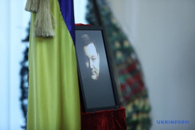 Дмитра Тимчука провели в останню путь у багряній труні: Україна в сльозах, кадри прощання