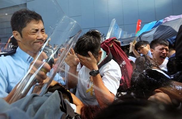 Поліція почала використовувати зброю проти людей: на вулицях Гонконгу тривають протести