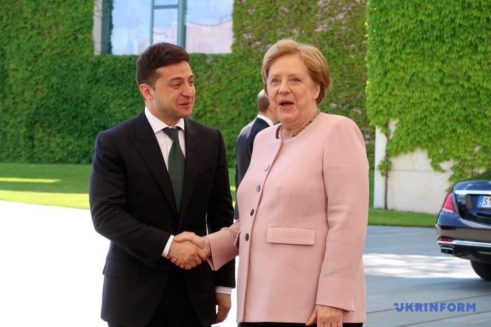 """""""Тремтіли руки і тіло"""": Що відбувалося з Меркель під час офіційної зустрічі з Зеленським"""