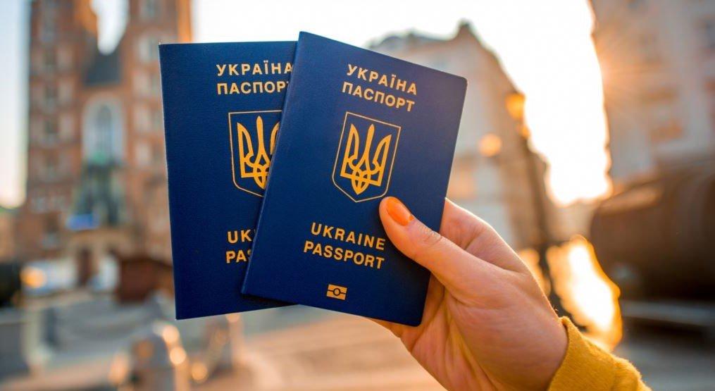 """""""Просто і швидко"""": Як оформити закордонний біометричний паспорт в Україні у 2019 році"""