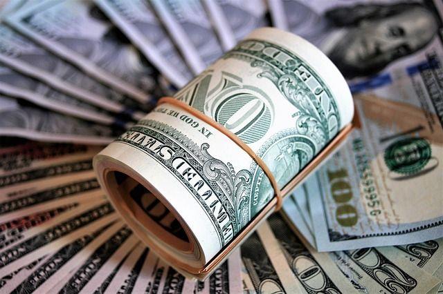 Курс валют на початок тижня: долар втратив у ціні, євро – додало