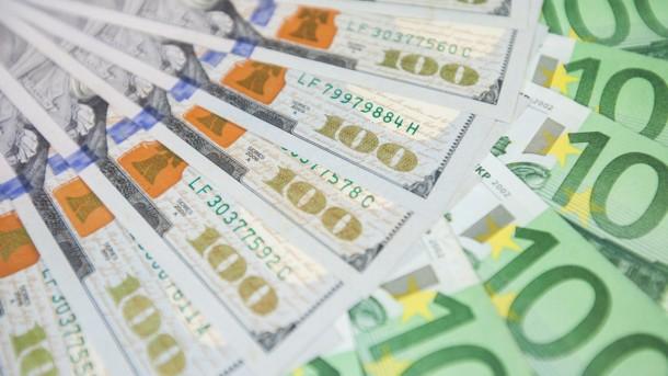 Уже й психологічну позначку переступив: долар не перестає рости
