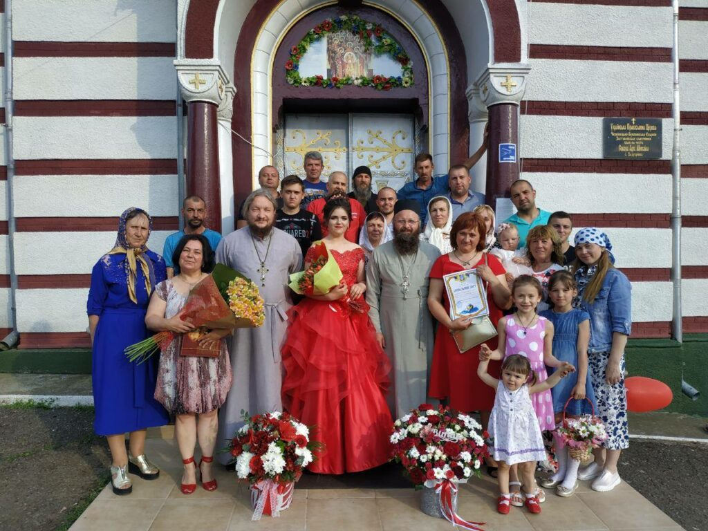 """""""Не в ту церкву ходить"""": На Буковині дівчину вигнали з власного випускного за те, що ходить в УПЦ"""