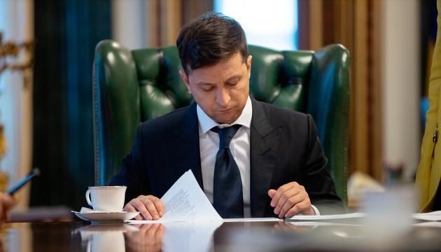 Зеленський скасував близько 60 указів своїх попередників і підписав свій перший закон в якості Президента
