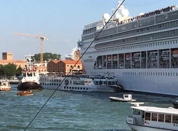Несправний двигун та обірвані троси: Величезний круїзний лайнер протаранив туристичний катер