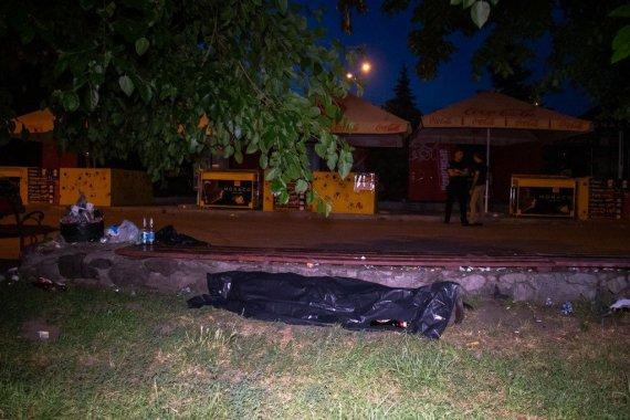 Люди байдуже проходили повз: у столичному Гідропарку чоловік упав з лавки і помер