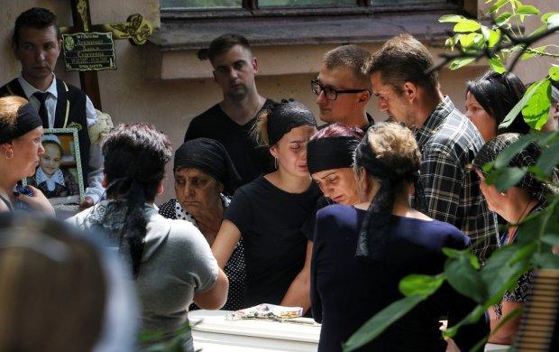 """""""Убийте, хочете спаліть"""": Матір вбивці 11-річної Даші Лук'яненко звернулась до односельчан"""