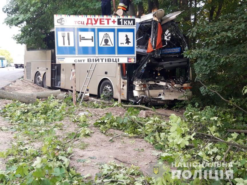 Страшна ДТП під Хмельницьим: автобус з туристами протаранив вантажівку з причепом, є жертви
