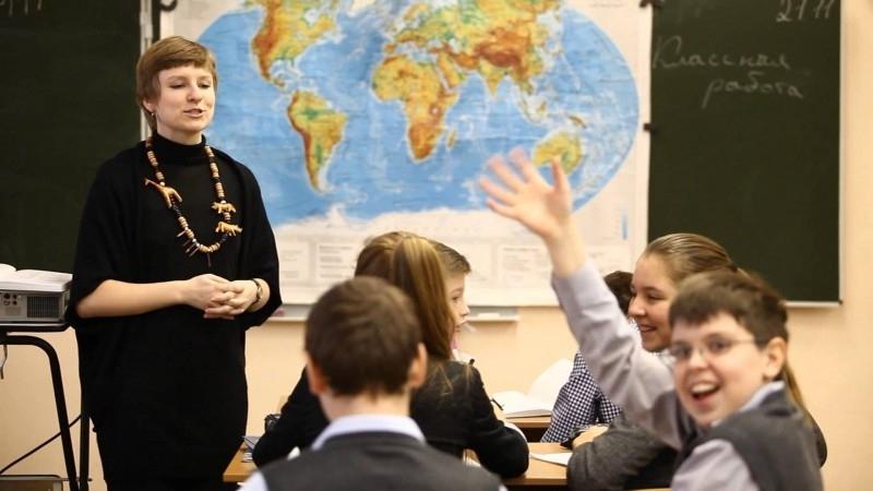 """Зарплату українським вчителям незабаром """"реформують"""" – що зміниться для освітян"""