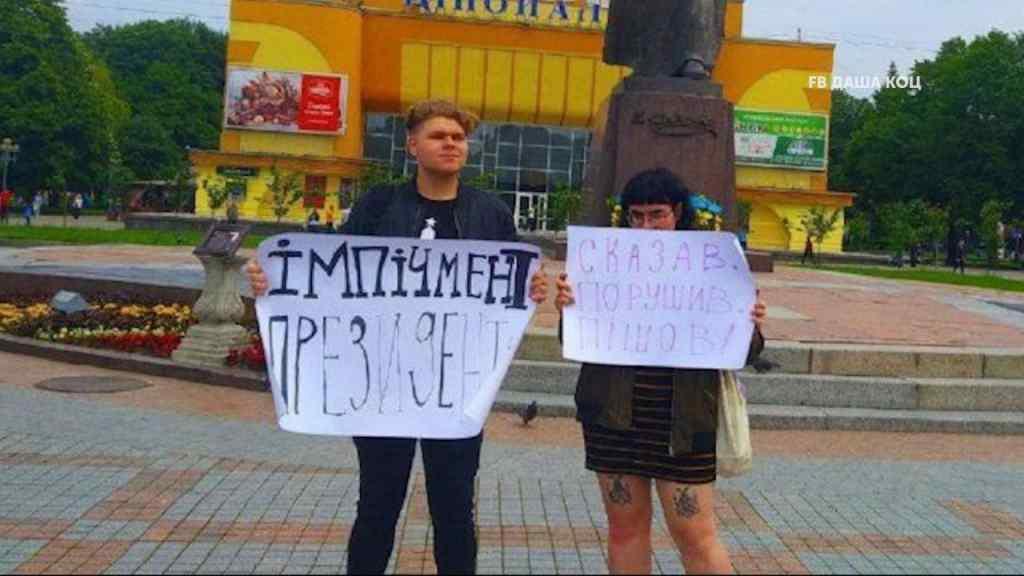 Суд визнав винною 16-річну дівчину, що вийшла на пікет за імпічмент Зеленського у Рівному— ЗМІ