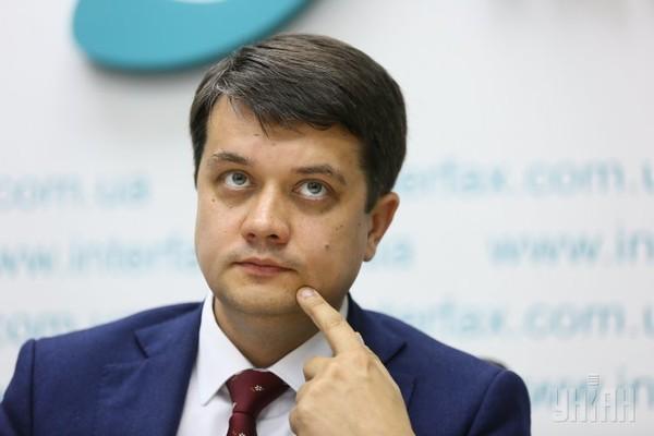 """Мовний скандал: очільник """"Слуги народу"""" Разумков відмовився говорити українською в ефірі"""