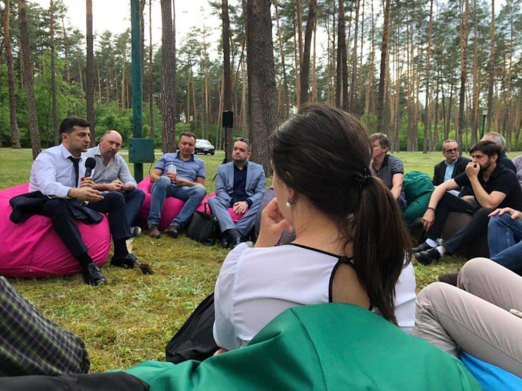 Такого ще не було ніколи! Зеленський провів неформальну зустріч з журналістами в лісі. Враження неоднозначні