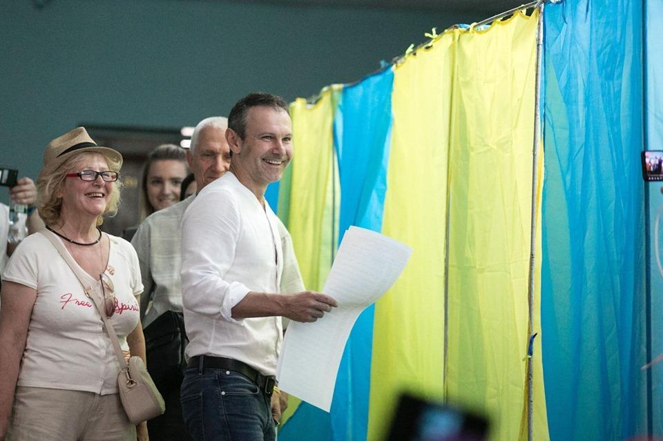 """""""Прийшов час змінити цю політику"""": Вакарчук проголосував на виборах до ВР"""