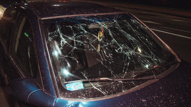 Пробив скло головою: в Києві водій таксі Uber збив перебігаючого пішохода. Страшні подробиці