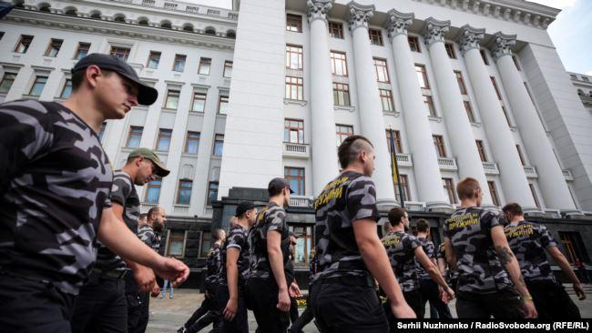 Медведчука заарештувати, канал закрити! Під офісом президента кілька десятків людей вийшли на мітинг