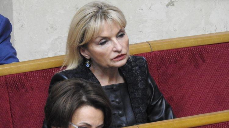 """""""Вартість – п'ятирічна пенсія українця"""": Ірина Луценко вибісила своїм черговим виходом у світ. Накидка за 128 тисяч гривень"""