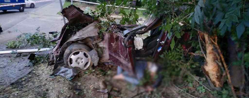 Намагалася втекти з місця ДТП! Дівчина на Mercedes звалила електроопору і загинула