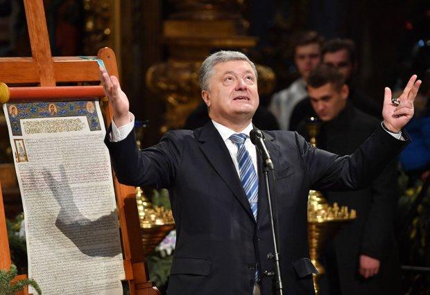 Як самого Бога: Під час хресного ходу УПЦ Порошенка охороняли краще, ніж президента. Боїться людей?