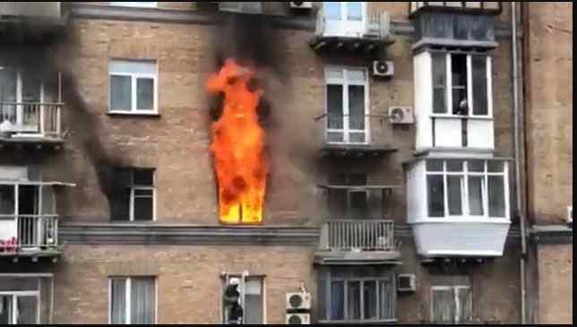 ТЕРМІНОВО! У центрі столиці горить багатоповерхівка. Всередині заблоковані люди