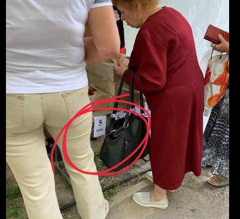 """""""Продавці з намету агітували за одного з кандидатів"""": У Дніпрі біля дільниці продавали смаколики по 5 копійок"""