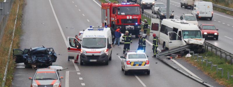Зіткнулися автомобіль і маршрутка: в жахливому ДТП під Києвом постраждало кілька десятків людей