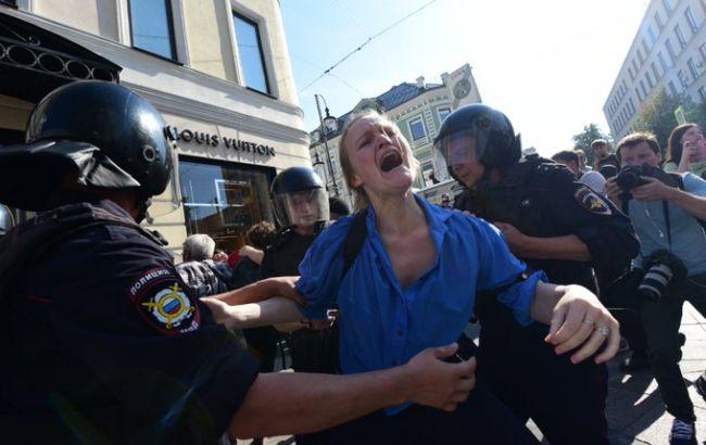 """""""З бойовим хрещенням, кохана!"""": У Росії на мітингу побили палицею дружину українського режисера"""