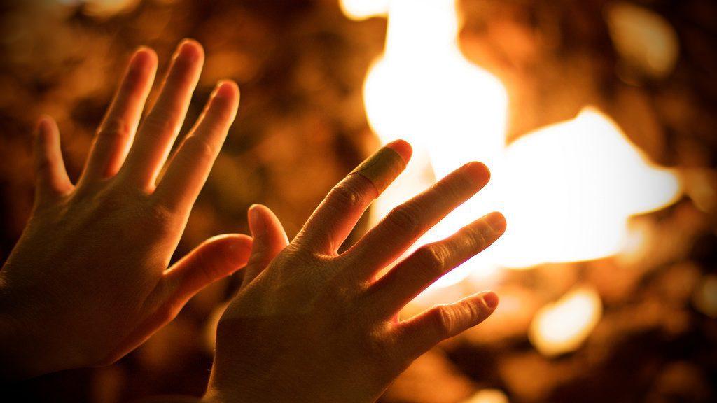 Живцем підпалили на цвинтарі: нетвереза компанія жорстоко поглумилася над жінкою