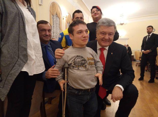 Обіцяв допомогти, але обдурив: сирота з інвалідністю розповів про свою зустрічі з Порошенком. Неймовірний цинізм